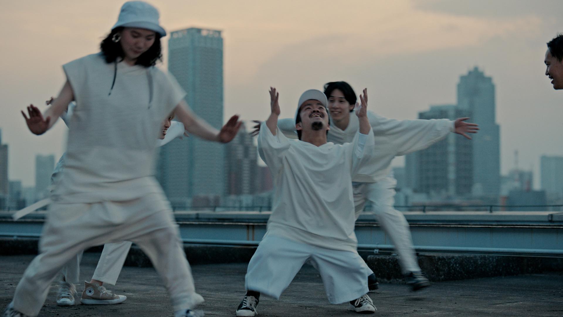 アガイガウガ(TOMOYAさん・DAIKIさん・YU-RIさん)、KANOKENさん、COZYさん、障害の有無に関わらず、共に舞台を創り上げる混成チーム。